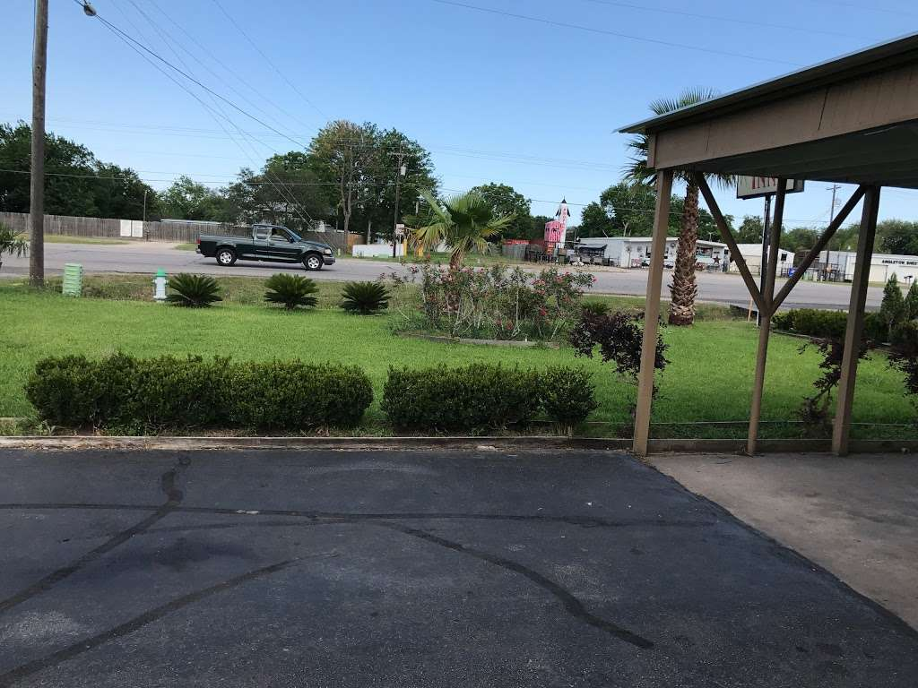 Economy Inn Motel - lodging  | Photo 8 of 9 | Address: 2620 S Velasco St, Angleton, TX 77515, USA | Phone: (979) 849-5761