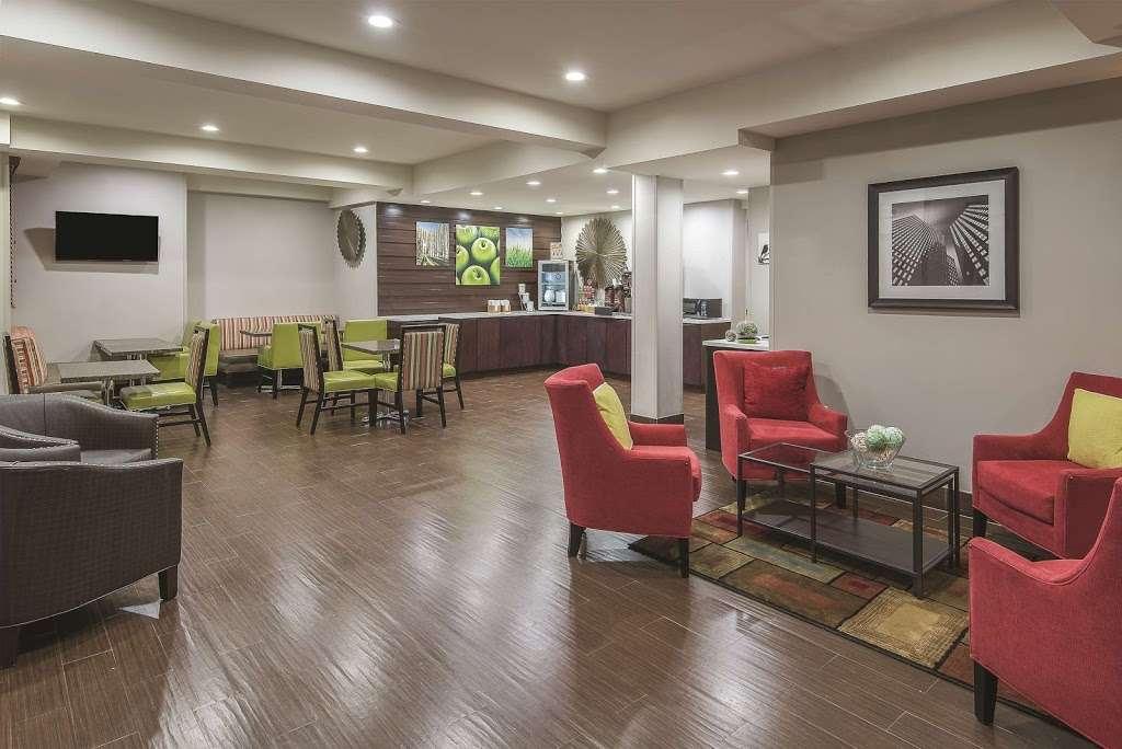 La Quinta Inn & Suites Brooklyn East - lodging  | Photo 8 of 10 | Address: 1412 Pitkin Ave, Brooklyn, NY 11233, USA | Phone: (718) 735-0915