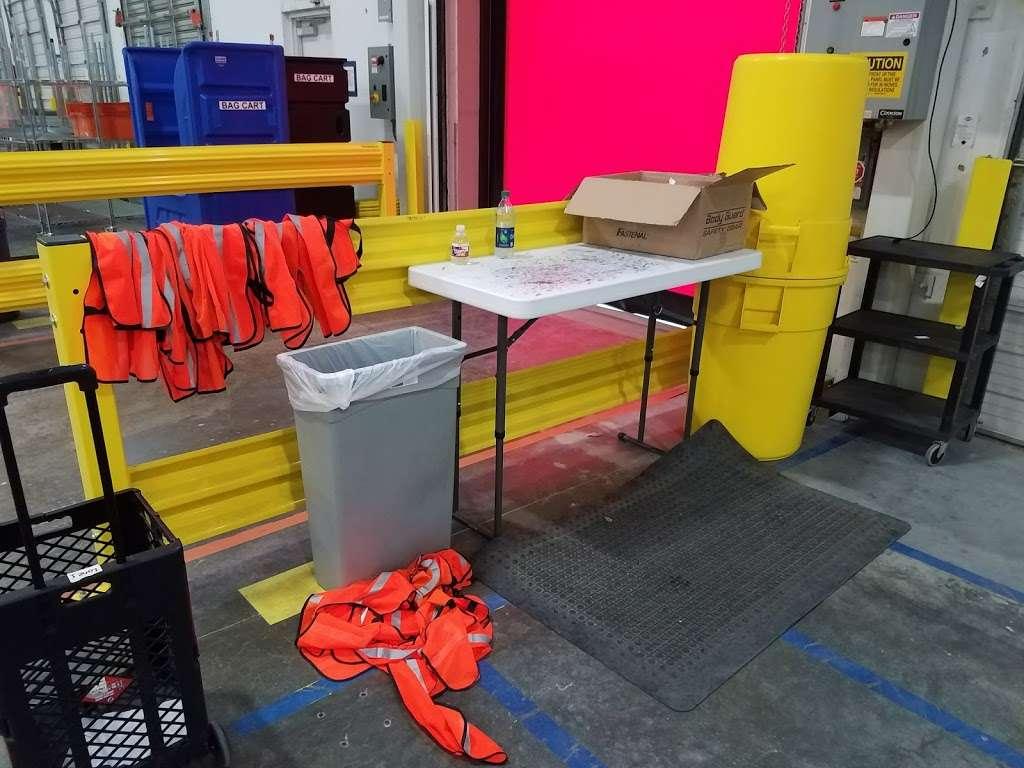 Amazon Flex Warehouse - storage  | Photo 2 of 10 | Address: 11720 N Gessner Rd bldg 5, Houston, TX 77064, USA | Phone: 786-817-9488