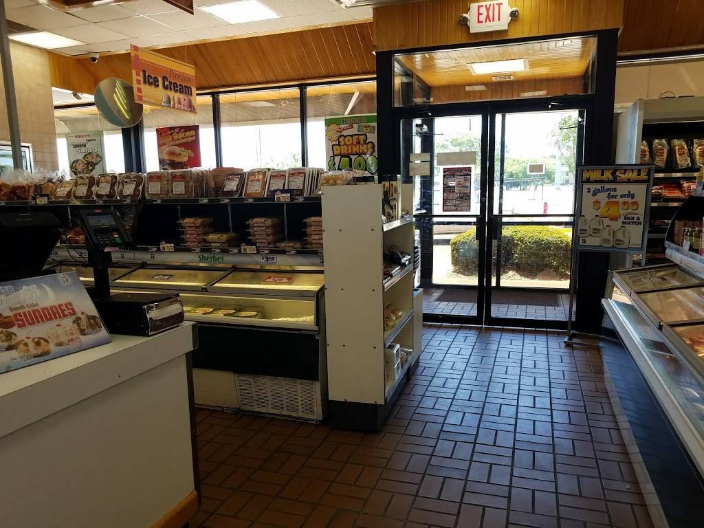Braums Ice Cream & Burger Restaurant - restaurant  | Photo 5 of 10 | Address: 2802 Lavon Dr, Garland, TX 75040, USA | Phone: (972) 495-2221