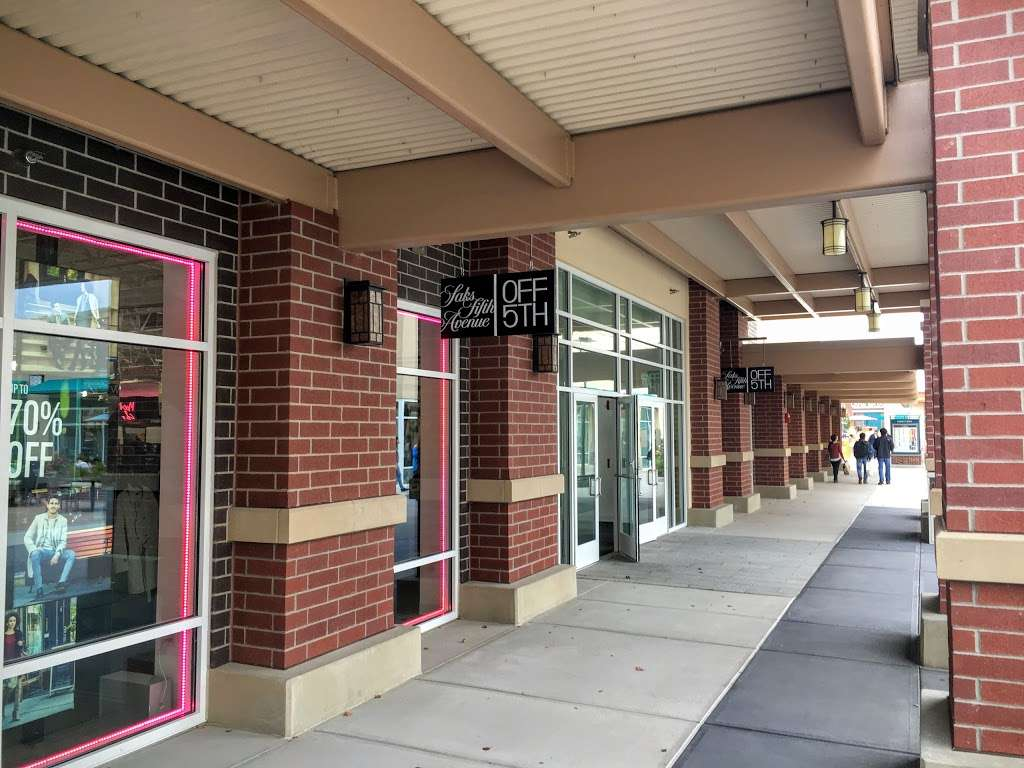 Saks OFF 5TH - department store  | Photo 2 of 10 | Address: 1650 Premium Outlet Blvd #1600, Aurora, IL 60502, USA | Phone: (331) 212-3950