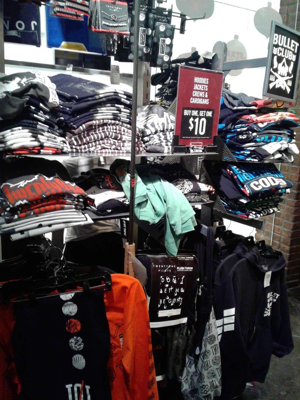 Hot Topic - clothing store  | Photo 4 of 10 | Address: 201 E Magnolia Blvd #290, Burbank, CA 91501, USA | Phone: (818) 843-8630