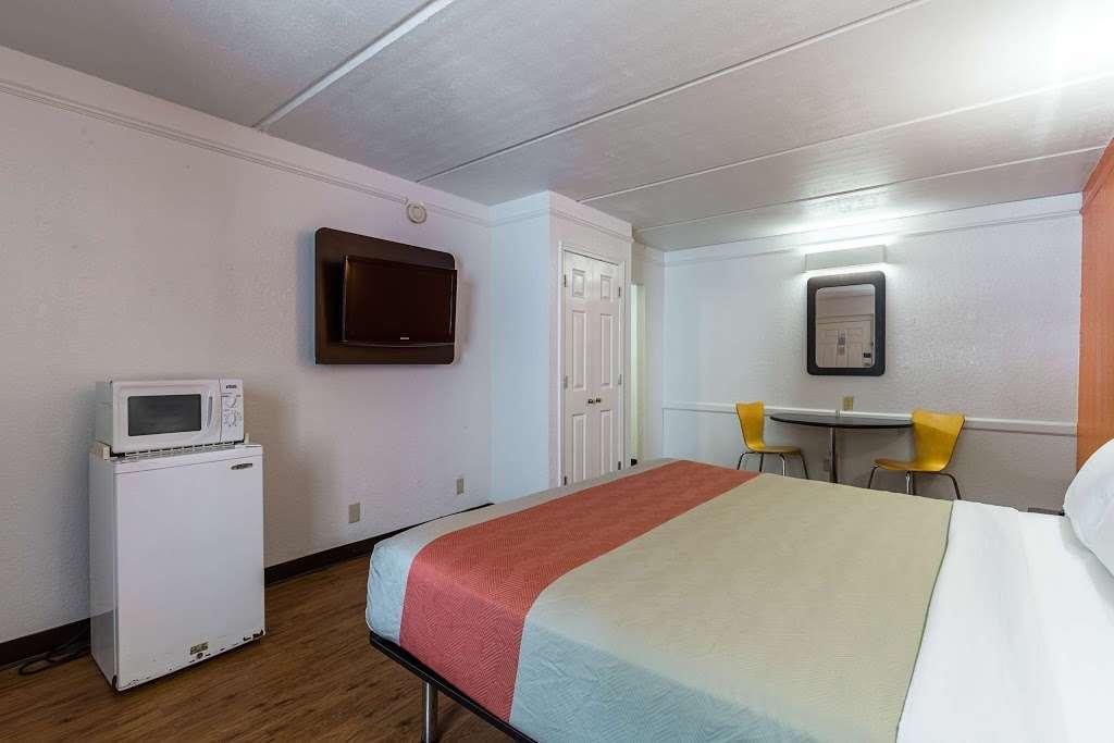 Motel 6 Baytown - Garth Rd - lodging  | Photo 9 of 10 | Address: 4911 Interstate 10 E, Baytown, TX 77521, USA | Phone: (281) 421-7300