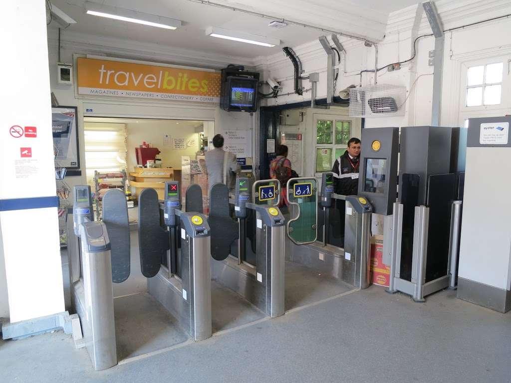 Gidea Park - train station  | Photo 1 of 10 | Address: Station Rd, Romford RM2 6BX, UK | Phone: 0343 222 1234