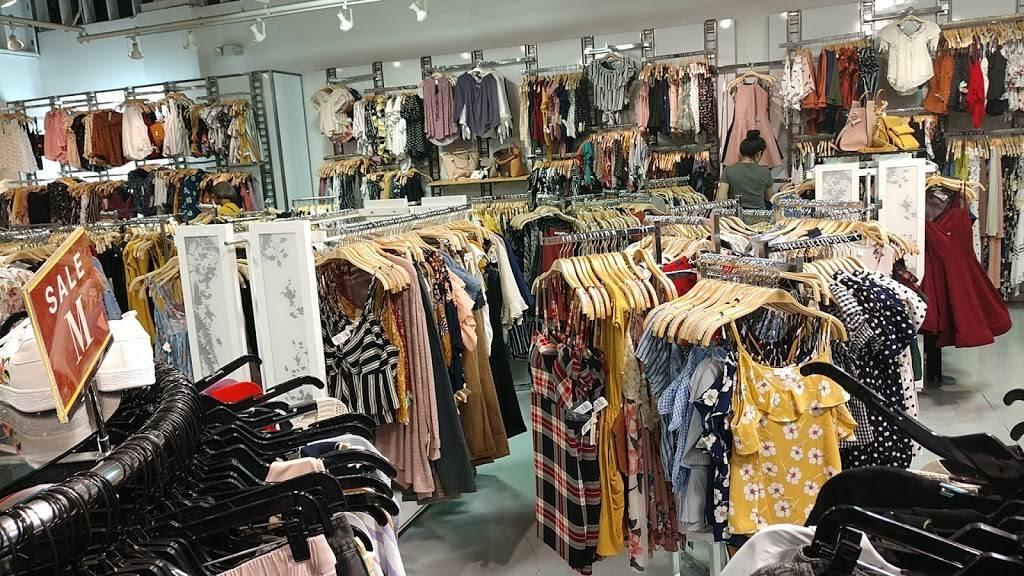 Fashion Q - store    Photo 1 of 4   Address: 5000 S Arizona Mills Cir, Tempe, AZ 85282, USA   Phone: (480) 755-2403
