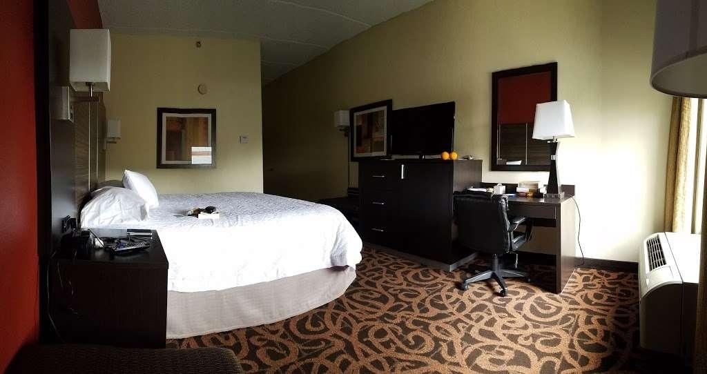 Hampton Inn Houston/Baytown - lodging  | Photo 7 of 10 | Address: 7211 Garth Rd, Baytown, TX 77521, USA | Phone: (281) 421-1234