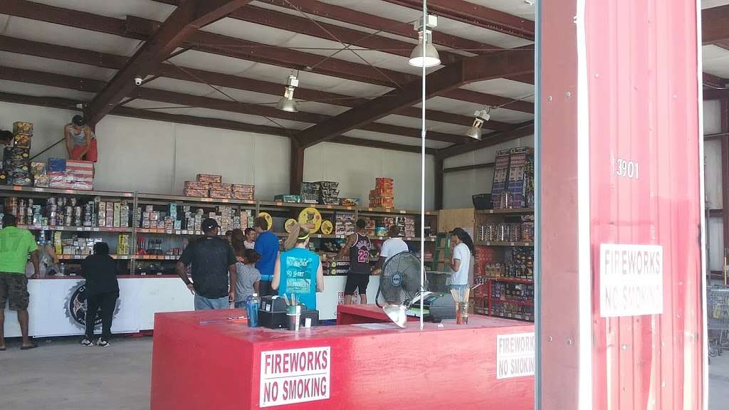 Fireworks Superstore - store  | Photo 3 of 8 | Address: 13901 Hwy 6, Arcola, TX 77583, USA | Phone: (281) 431-8716