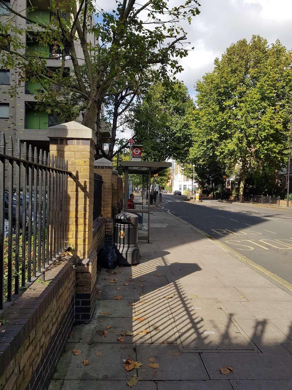 Pier Street (Stop CT) - bus station  | Photo 3 of 5 | Address: Isle of Dogs, London E14 3HX, UK