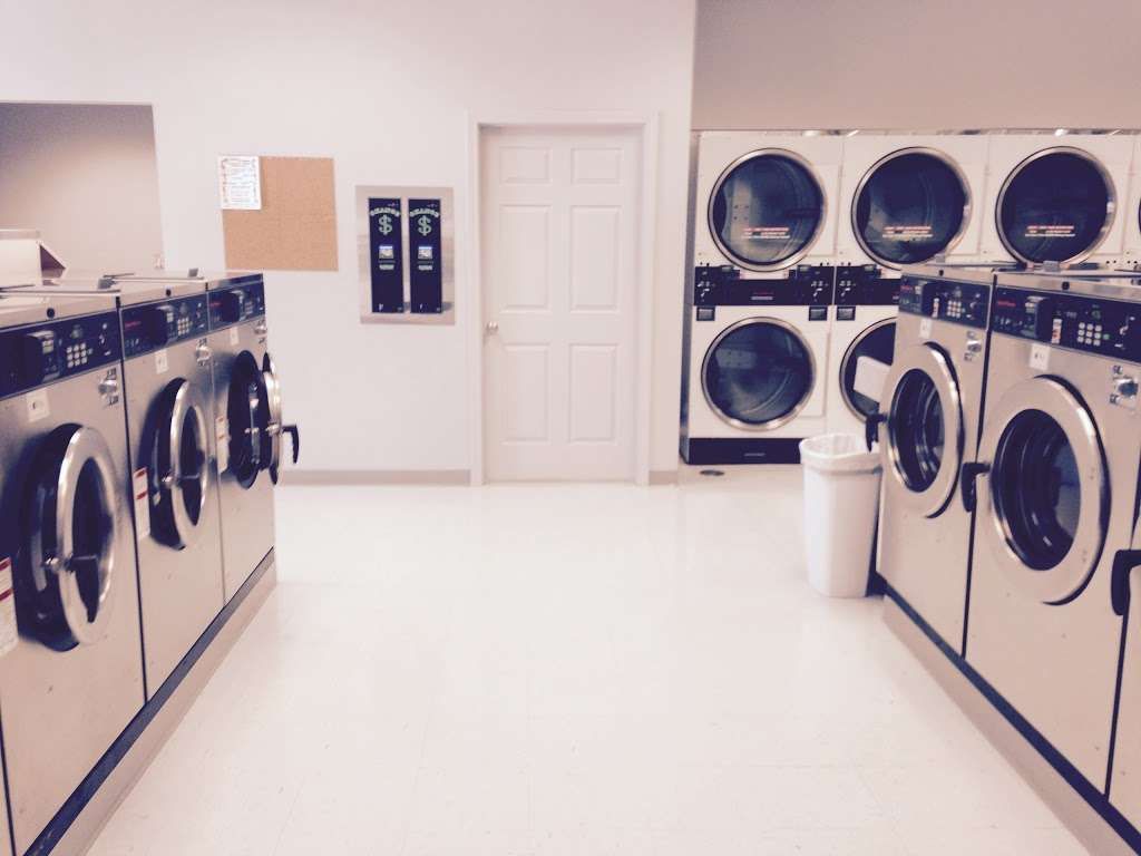Merrimack Commons Laundromat - laundry  | Photo 9 of 10 | Address: 515 Daniel Webster Hwy, Merrimack, NH 03054, USA | Phone: (603) 262-5718