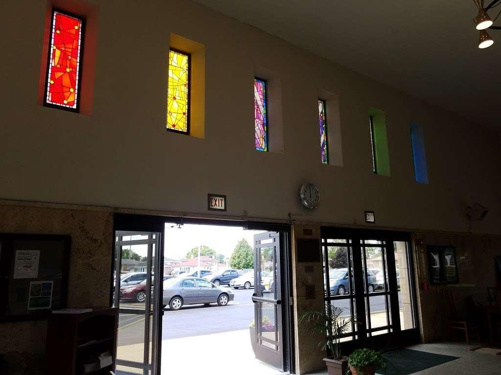 Divine Savior Catholic Church - church  | Photo 9 of 10 | Address: 7740 W Montrose Ave, Harwood Heights, IL 60706, USA | Phone: (708) 456-9000
