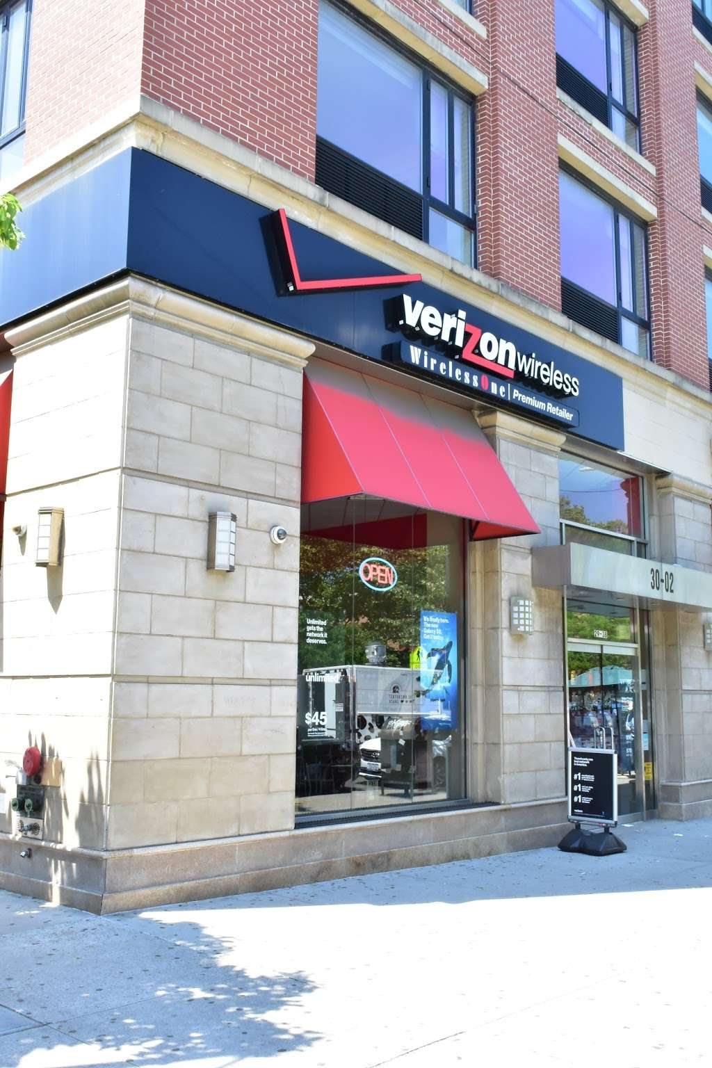 Verizon - store  | Photo 4 of 10 | Address: 30-02 30th Ave, Astoria, NY 11102, USA | Phone: (347) 924-9420