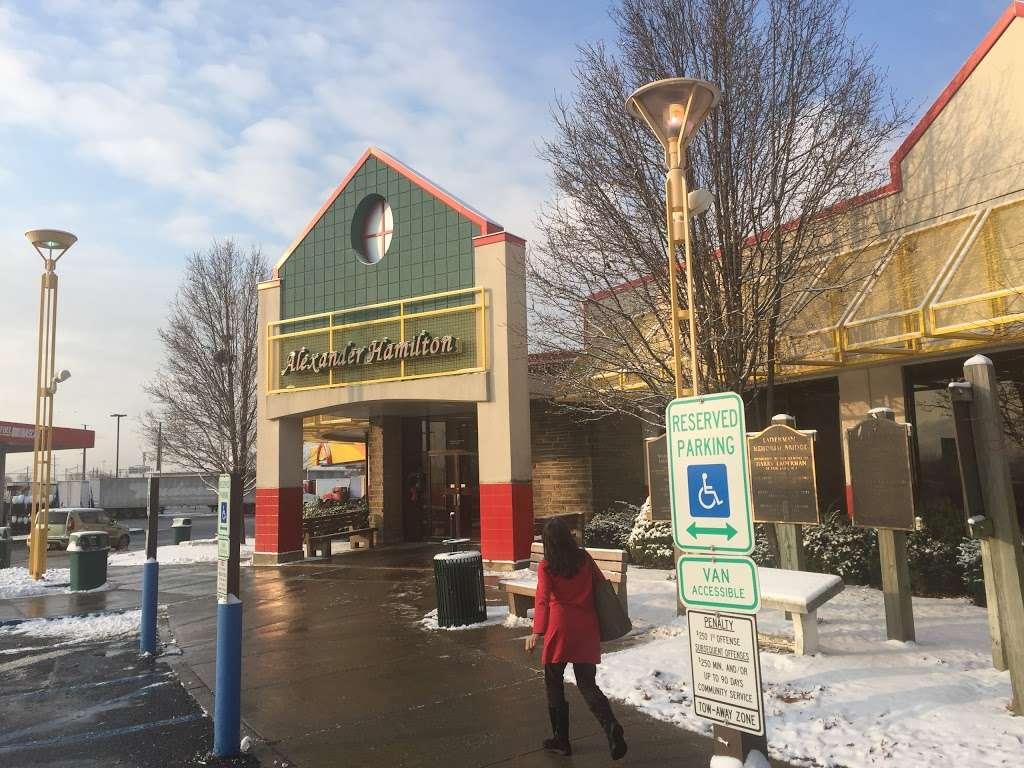 Alexander Hamilton Service Area - convenience store  | Photo 7 of 10 | Address: NJ Tpke, Secaucus, NJ 07094, USA | Phone: (201) 863-3345