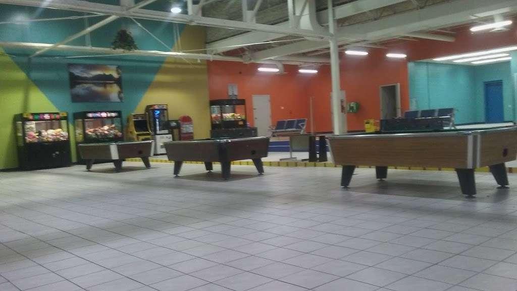 Indyland II Laundromat - laundry  | Photo 2 of 10 | Address: 6125 E 38th St, Indianapolis, IN 46226, USA | Phone: (317) 983-0640