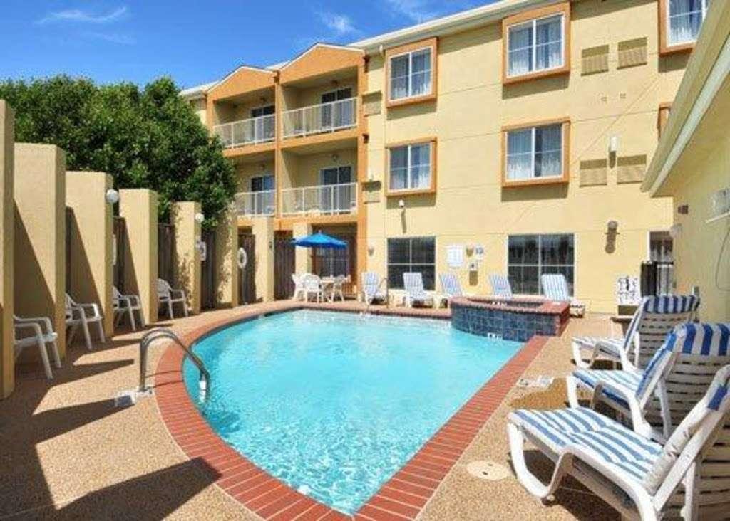 Comfort Suites Dfw Airport - lodging  | Photo 1 of 9 | Address: 4700 W John Carpenter Fwy, Irving, TX 75063, USA | Phone: (469) 713-3666
