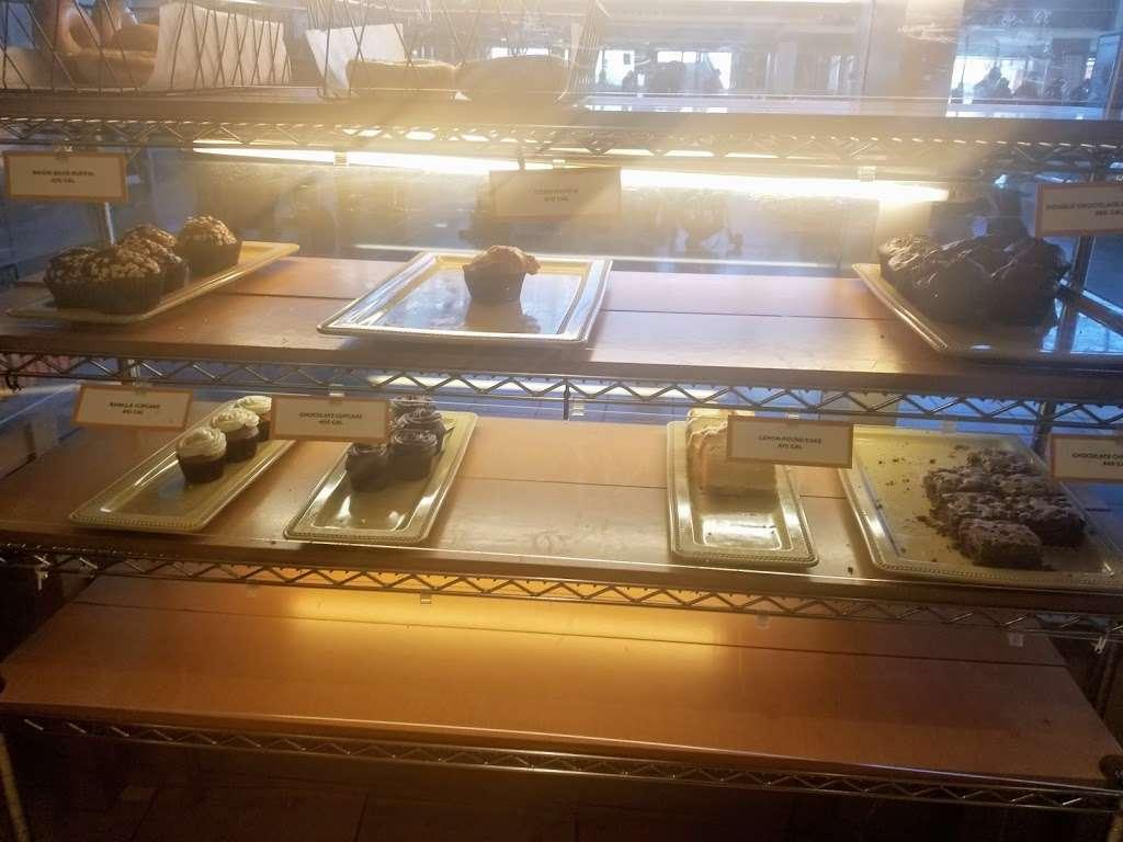 Au Bon Pain - restaurant  | Photo 4 of 10 | Address: One Bay St, Staten Island, NY 10301, USA | Phone: (718) 420-0846