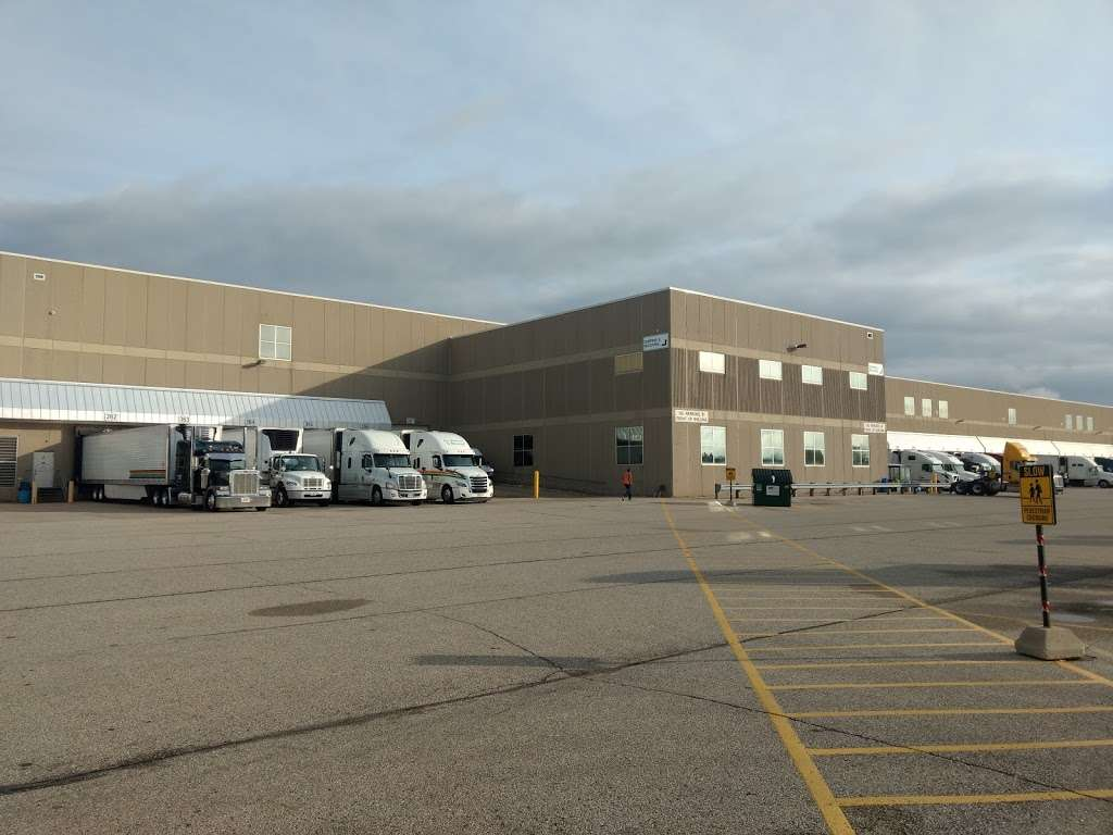 Roundys Supermarkets Distribution Warehouse - storage  | Photo 1 of 10 | Address: 1120 Distribution Ct, Oconomowoc, WI 53066, USA | Phone: (262) 560-3300