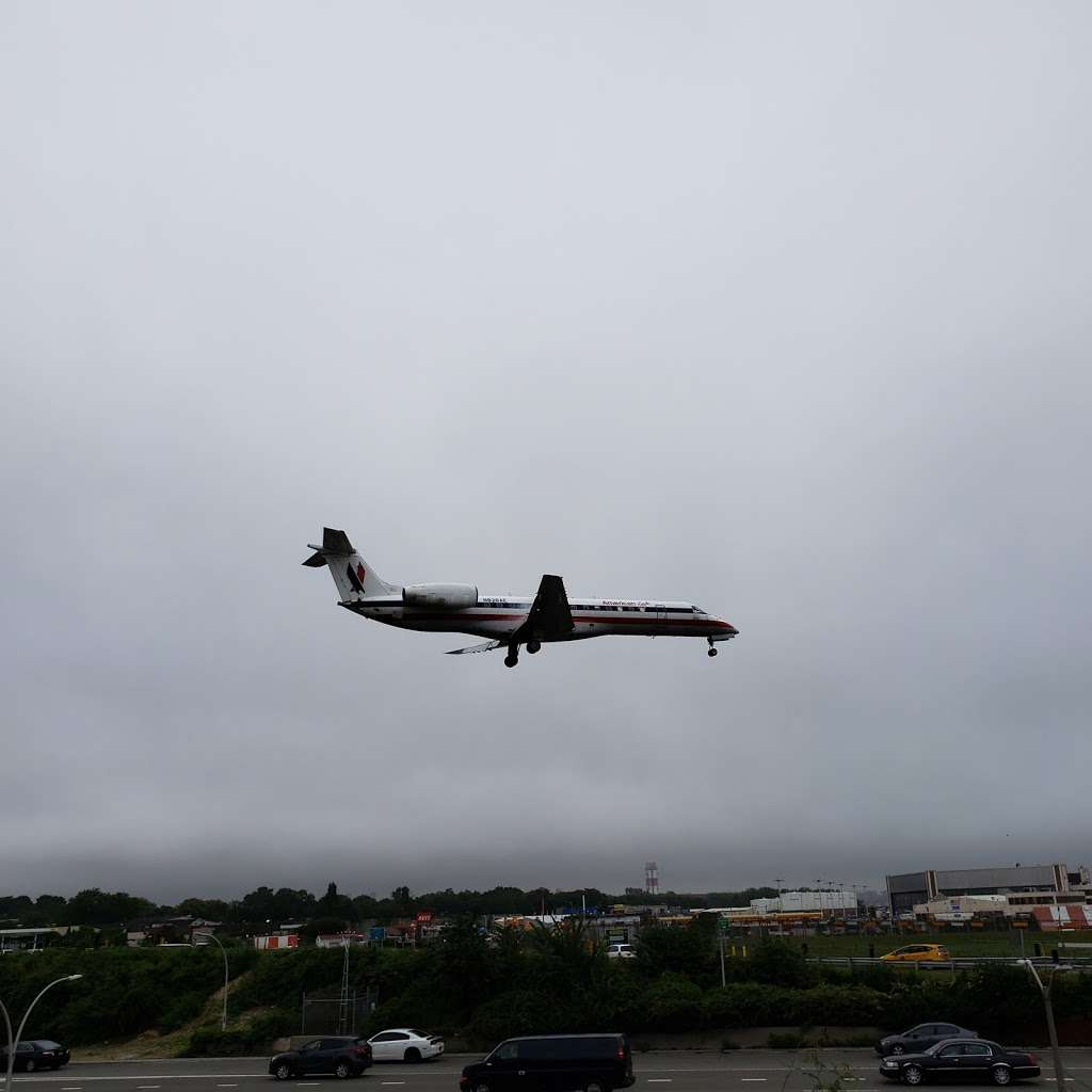 Airplane Viewing At LaGuardia Airport - park  | Photo 4 of 5 | Address: East Elmhurst, NY 11369, USA