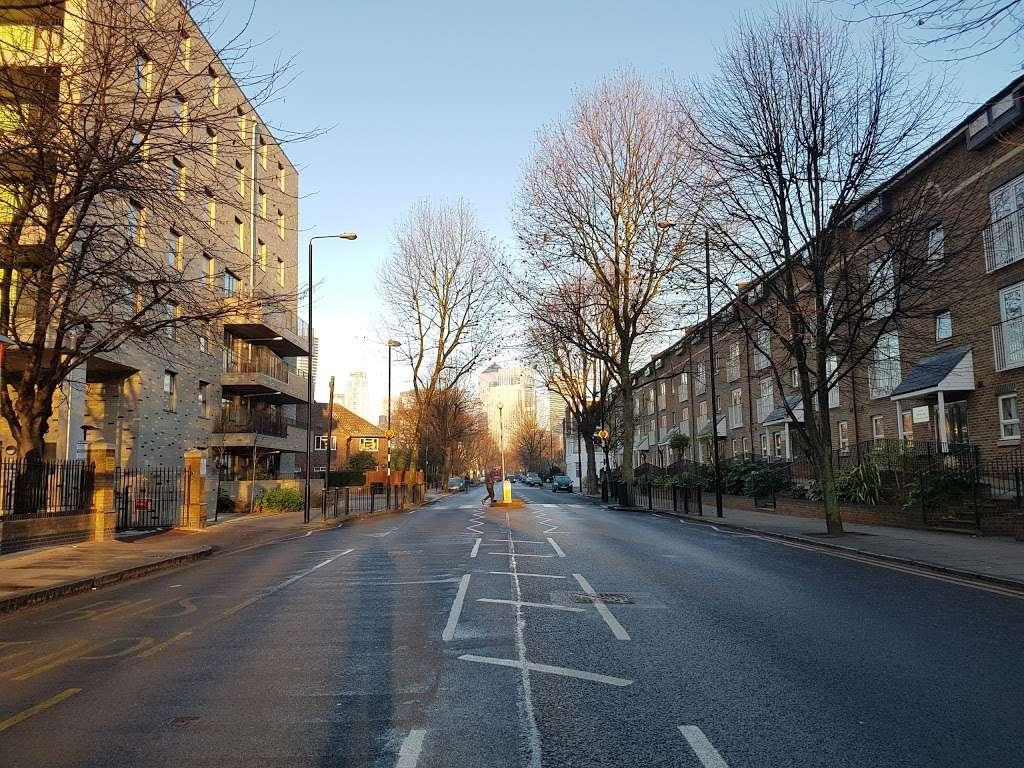 Pier Street (Stop CT) - bus station  | Photo 4 of 5 | Address: Isle of Dogs, London E14 3HX, UK