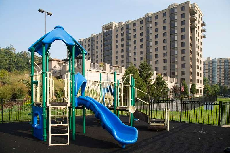 Half Moon Harbour Apartments - real estate agency    Photo 4 of 10   Address: 7912 River Rd, North Bergen, NJ 07047, USA   Phone: (201) 662-1100