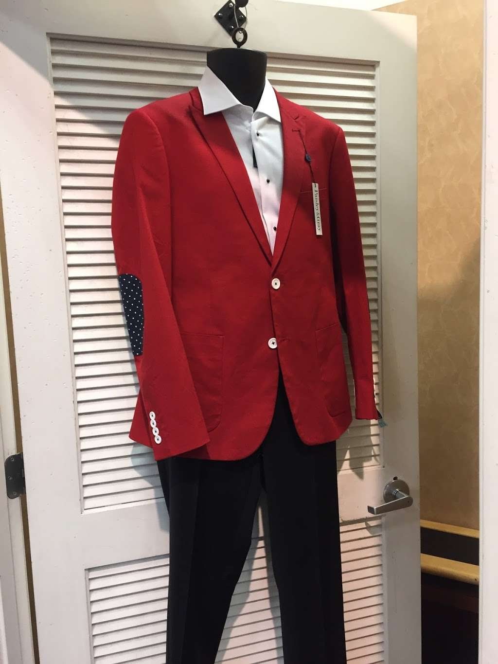 Carmens Sewing & Alterations - store  | Photo 5 of 10 | Address: 411 Bayview Dr, Edgewater, MD 21037, USA | Phone: (908) 577-6173