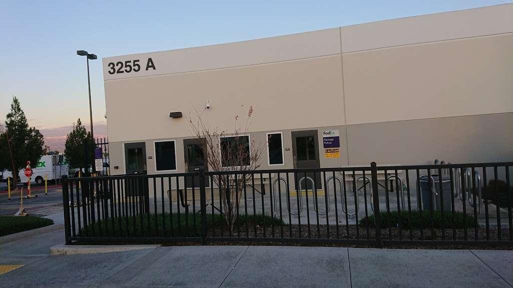FedEx Ground - moving company  | Photo 8 of 10 | Address: 11600 Cactus Ave, Bloomington, CA 92316, USA | Phone: (800) 463-3339