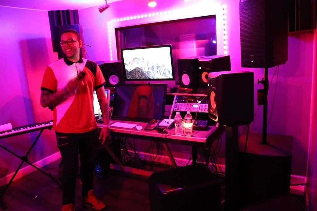BeBe Soundz Studios - electronics store  | Photo 4 of 10 | Address: 300 E Tremont Ave, Bronx, NY 10457, USA | Phone: (929) 393-0516