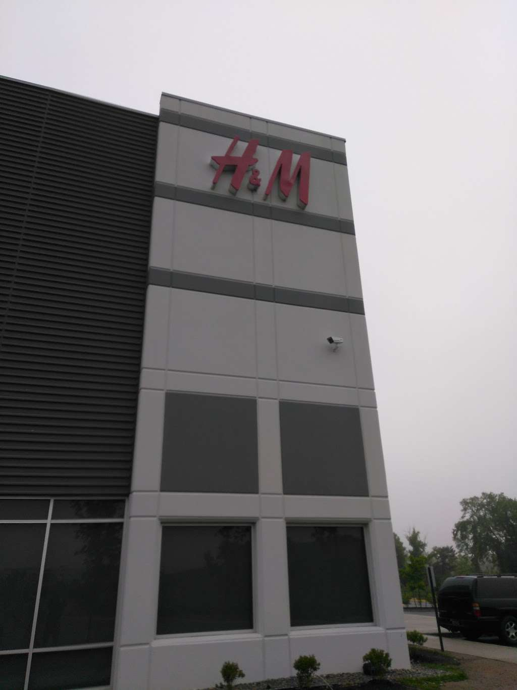 H&M Logistics - clothing store  | Photo 2 of 9 | Address: 1600 River Rd, Burlington, NJ 08016, USA | Phone: (866) 246-6453