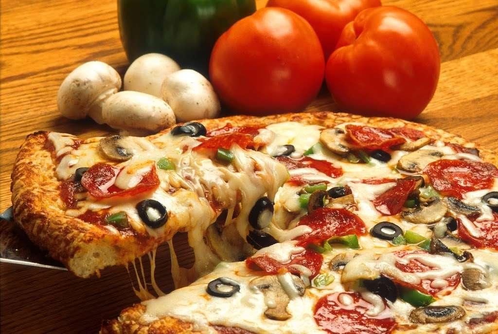 Pizza Plus - restaurant  | Photo 2 of 10 | Address: 4 South St, New York, NY 10004, USA | Phone: (212) 943-1800