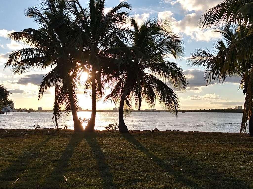 Haulover Park Bayside Picnic Area - park  | Photo 3 of 10 | Address: 13401 Collins Ave, Miami Beach, FL 33154, USA
