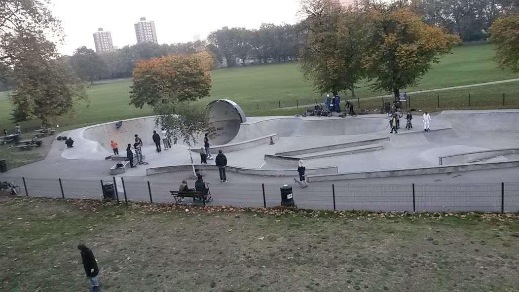 Victoria Park skatepark - park    Photo 8 of 10   Address: Victoria Park, London E9 7DD, UK