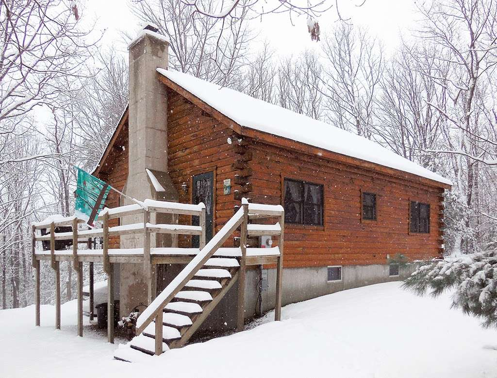 Pocono Log Home Getaway - real estate agency  | Photo 3 of 10 | Address: Malibu Dr, Lehighton, PA 18235, USA | Phone: (609) 457-2208