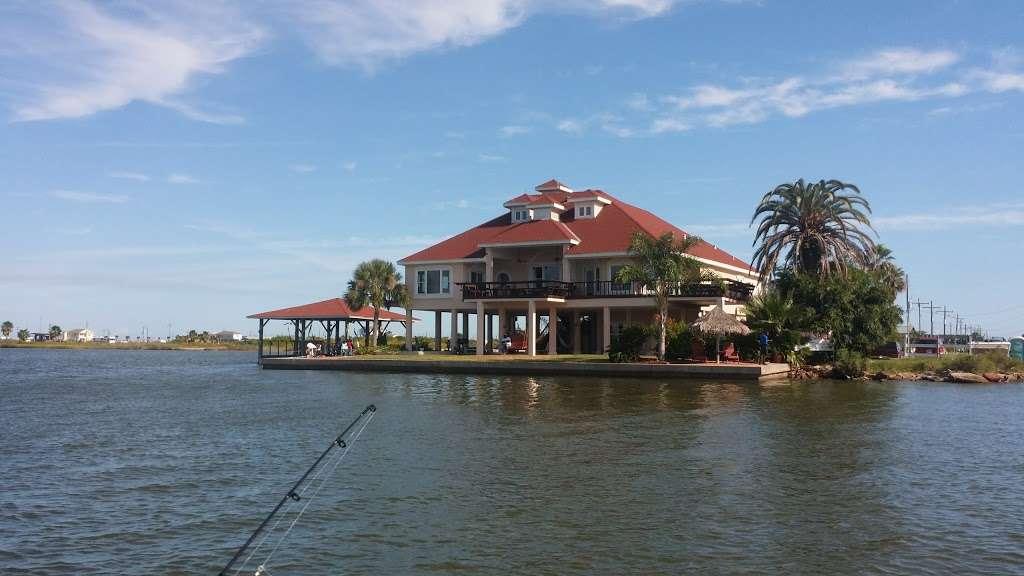 Crystal Beach Villa - lodging  | Photo 3 of 10 | Address: 1300 N Crystal Beach Rd, Crystal Beach, TX 77650, USA | Phone: (409) 682-8579