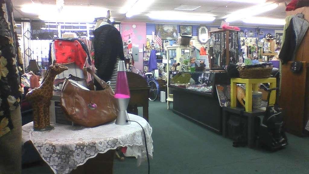 ROBINS WORLD - store  | Photo 2 of 5 | Address: 2039 Glenoaks Blvd, San Fernando, CA 91340, USA | Phone: (818) 365-3902