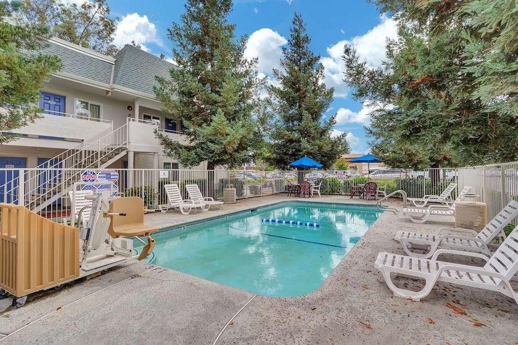 Motel 6 Rohnert Park - lodging  | Photo 8 of 10 | Address: 6145 Commerce Blvd, Rohnert Park, CA 94928, USA | Phone: (707) 585-8888