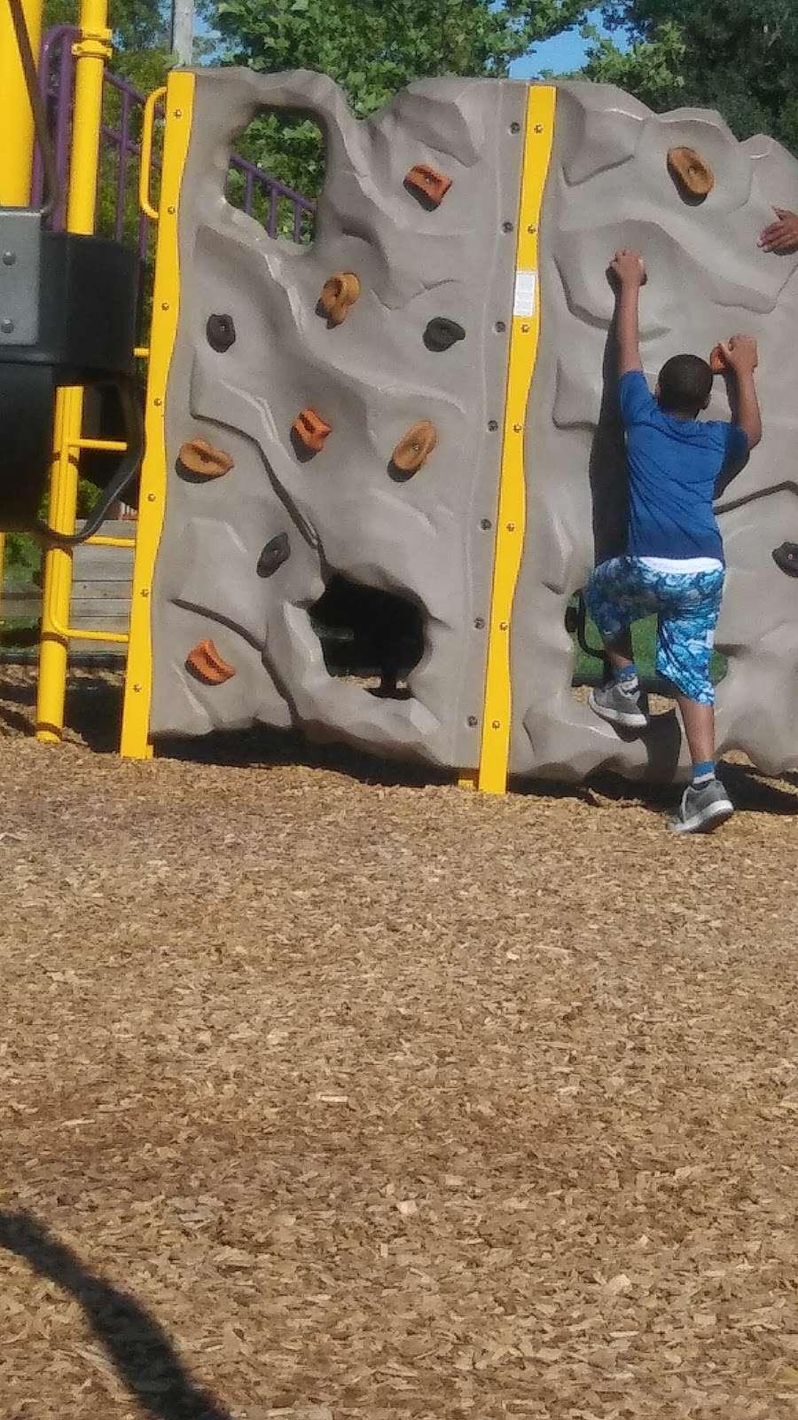 Heathwood Park - park  | Photo 5 of 10 | Address: 1021 Parallel Pkwy, Kansas City, KS 66104, USA | Phone: (913) 573-5000