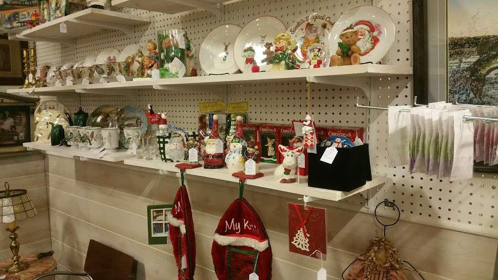 Wildwood Antique Mall of Lakeland - jewelry store  | Photo 6 of 9 | Address: 3530 US Hwy 98 N, Lakeland, FL 33809, USA | Phone: (863) 603-3917