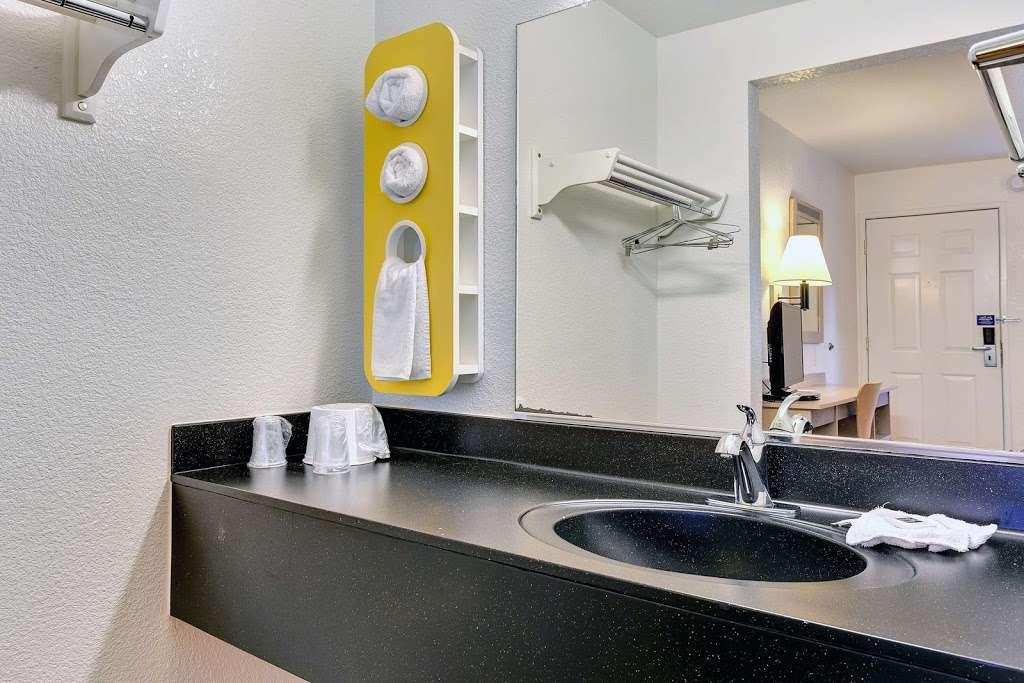 Motel 6 Rohnert Park - lodging  | Photo 4 of 10 | Address: 6145 Commerce Blvd, Rohnert Park, CA 94928, USA | Phone: (707) 585-8888