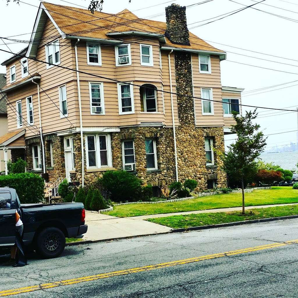 Harbor House Bed & Breakfast - lodging  | Photo 3 of 10 | Address: 1 Hylan Blvd, Staten Island, NY 10305, USA | Phone: (718) 876-0056