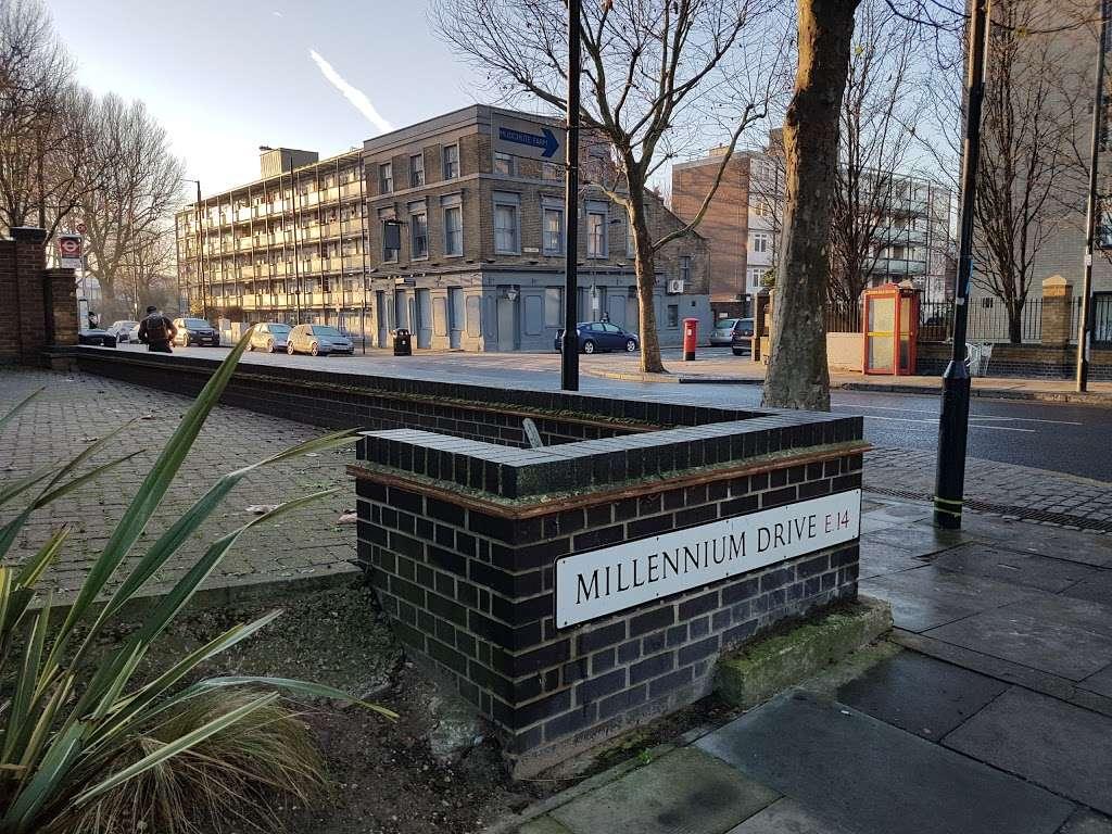Pier Street (Stop CT) - bus station  | Photo 2 of 5 | Address: Isle of Dogs, London E14 3HX, UK