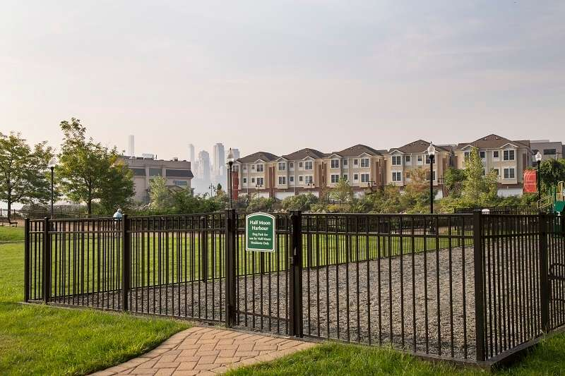 Half Moon Harbour Apartments - real estate agency    Photo 7 of 10   Address: 7912 River Rd, North Bergen, NJ 07047, USA   Phone: (201) 662-1100