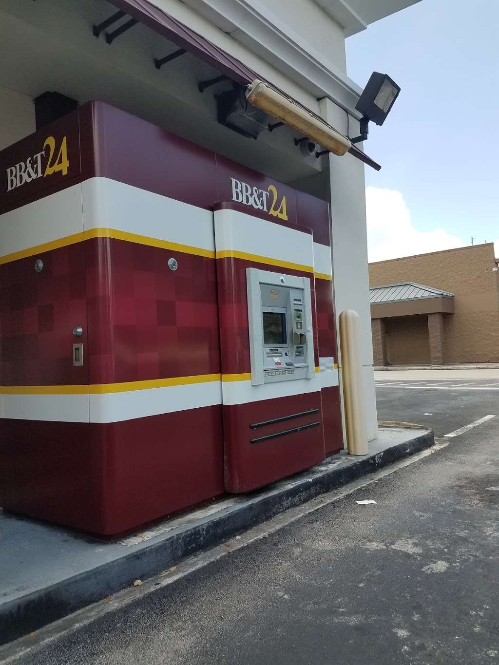 BB&T - bank  | Photo 3 of 8 | Address: 17930 NW 57th Ave, Hialeah, FL 33015, USA | Phone: (305) 820-3290