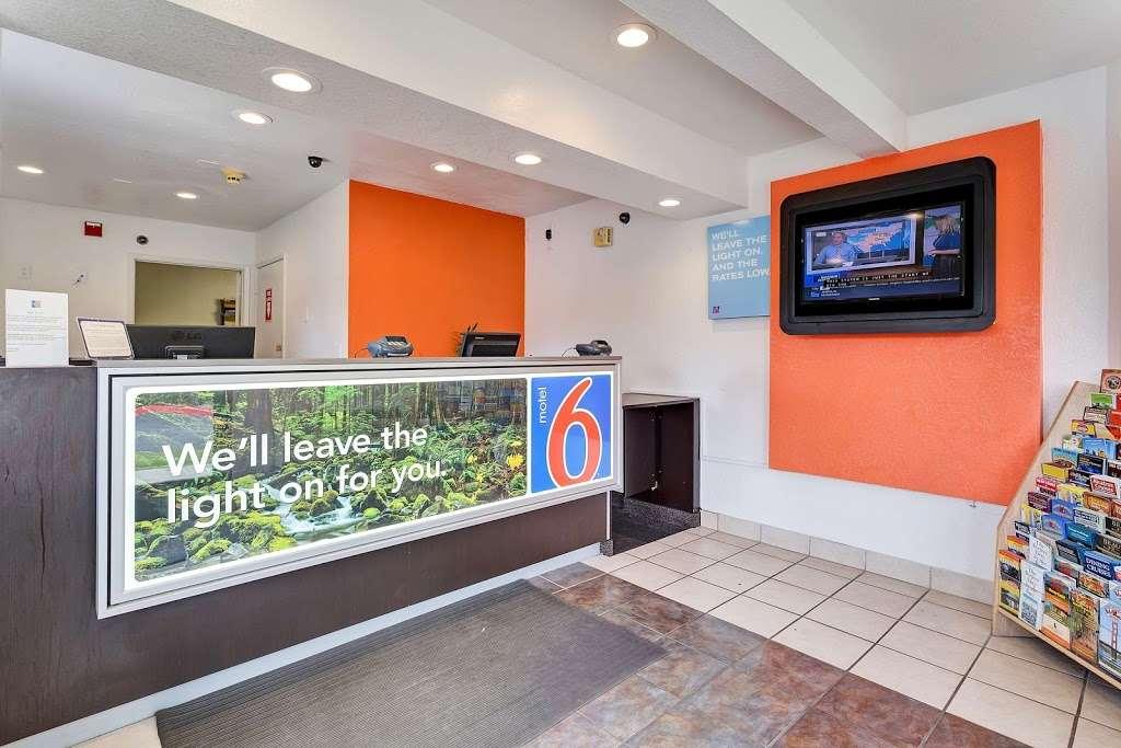 Motel 6 Rohnert Park - lodging  | Photo 5 of 10 | Address: 6145 Commerce Blvd, Rohnert Park, CA 94928, USA | Phone: (707) 585-8888
