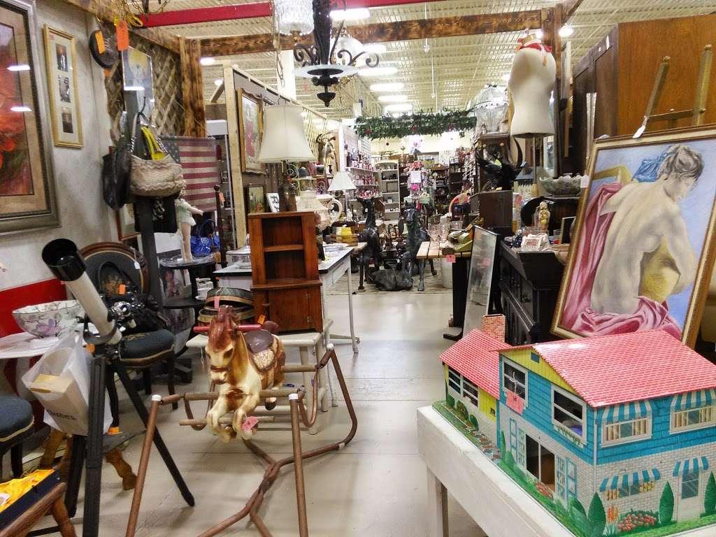 Wildwood Antique Mall of Lakeland - jewelry store  | Photo 7 of 9 | Address: 3530 US Hwy 98 N, Lakeland, FL 33809, USA | Phone: (863) 603-3917
