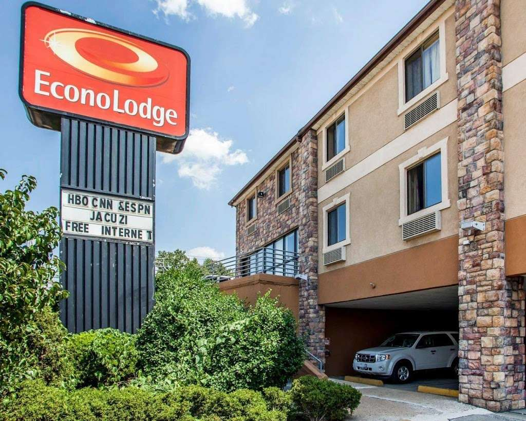 Econo Lodge - lodging  | Photo 1 of 10 | Address: 750 Tonnelle Ave, Jersey City, NJ 07307, USA | Phone: (201) 420-9040