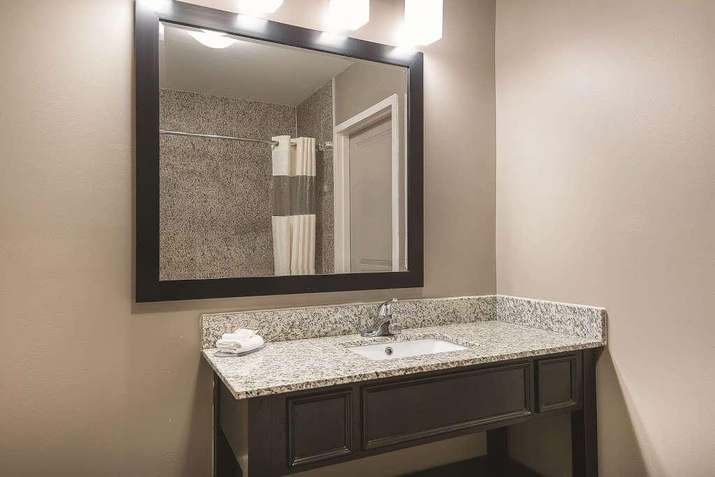 La Quinta Inn & Suites Brooklyn East - lodging  | Photo 3 of 10 | Address: 1412 Pitkin Ave, Brooklyn, NY 11233, USA | Phone: (718) 735-0915