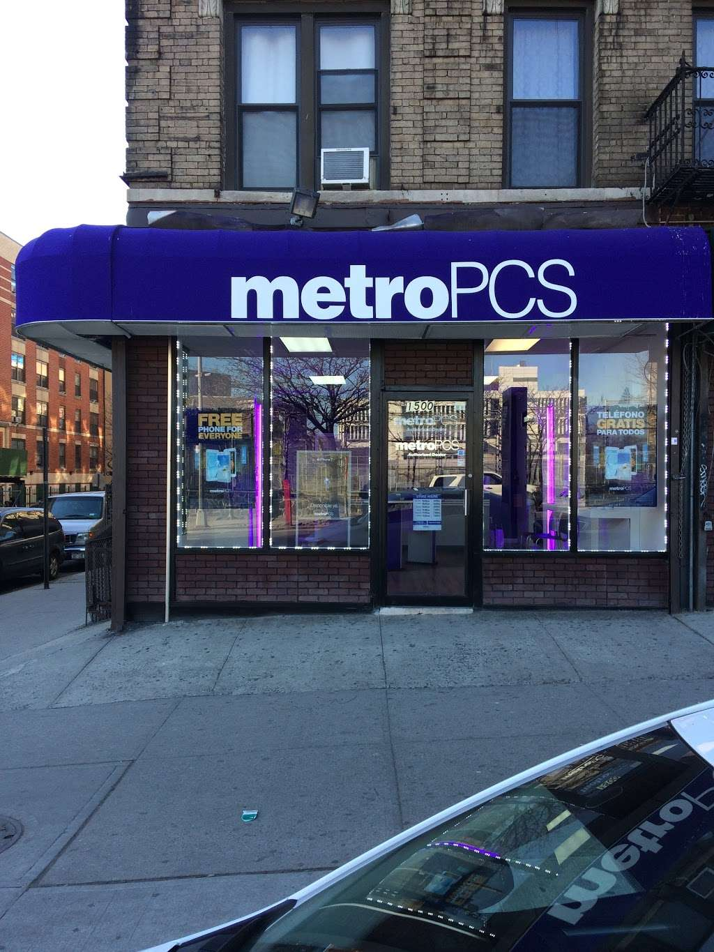 Metro by T-Mobile - electronics store  | Photo 2 of 4 | Address: 1500 Amsterdam Ave, New York, NY 10031, USA | Phone: (646) 869-0435