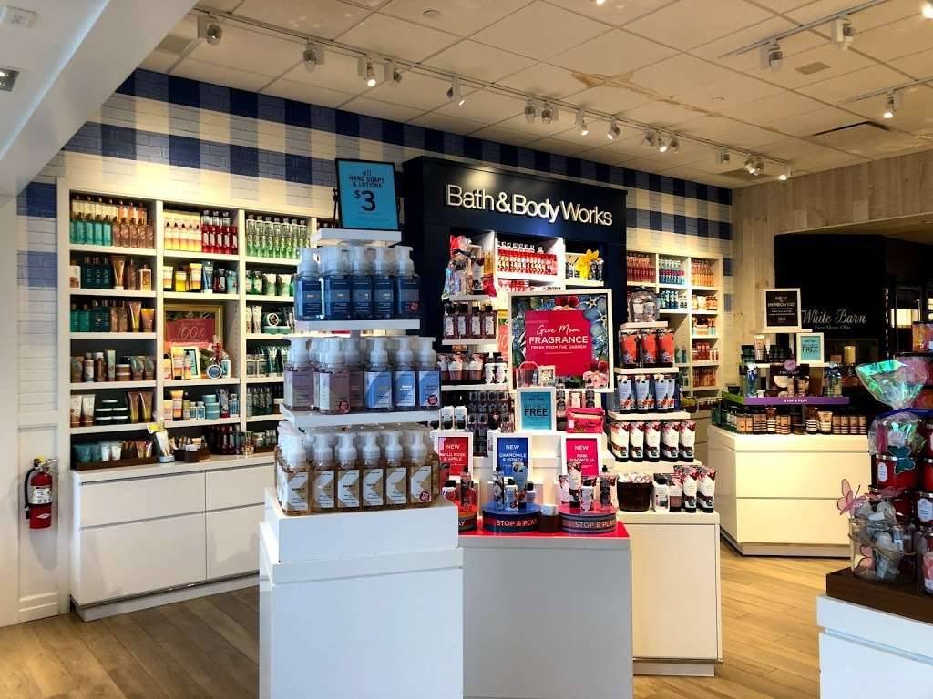 Bath & Body Works - home goods store  | Photo 4 of 10 | Address: 3207 Golf Rd, Delafield, WI 53018, USA | Phone: (262) 646-2003