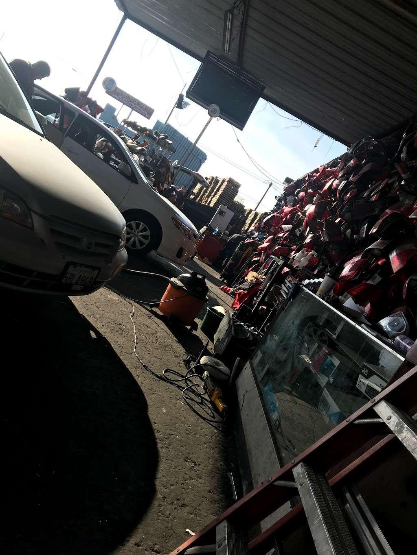 Michoacan Auto Glass - car repair  | Photo 4 of 9 | Address: 9405 Alameda St, Los Angeles, CA 90002, USA | Phone: (323) 567-1662