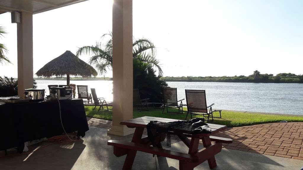 Crystal Beach Villa - lodging  | Photo 6 of 10 | Address: 1300 N Crystal Beach Rd, Crystal Beach, TX 77650, USA | Phone: (409) 682-8579