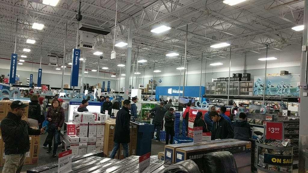 Best Buy - electronics store  | Photo 4 of 10 | Address: 3105 E Main St, Mohegan Lake, NY 10547, USA | Phone: (914) 528-3807